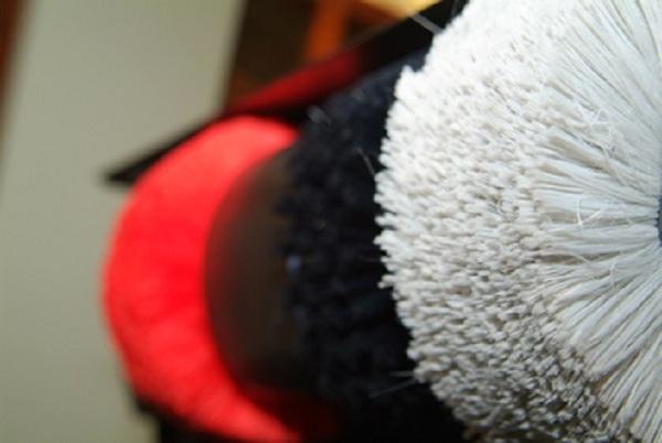 Chổi đánh giày sau một thời gian sử dụng sẽ trở nên mòn và bạc màu