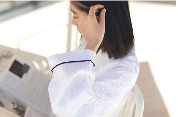 Đường viền tay áo trùng màu với đường viền cổ