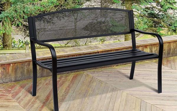 Ghế công viên bằng sắt là chất liệu được khá nhiều người yêu thích hiện nay