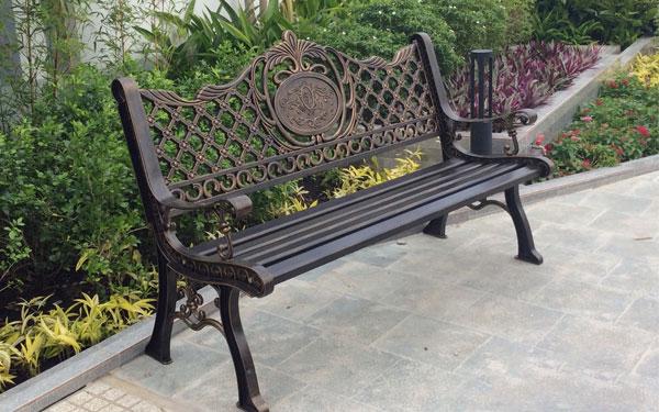 Ghế công viên ngoài trời thường có thiết kế đẹp và độ bền cao