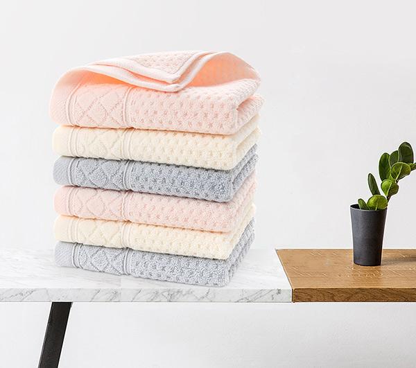 Khăn tắm mềm mịn, dày dặn và sở hữu bảng màu sắc sáng, phong phú