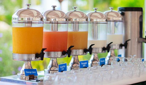 Bình đựng nước trái cây có vai trò quan trọng trong tiệc Buffet