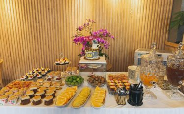 Có nên thuê bình đựng nước trái cây cho tiệc trà teabreak không?