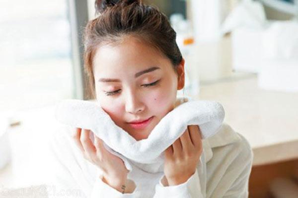 Khăn mặt cần chọn loại mềm mịn, thấm hút mồ hôi