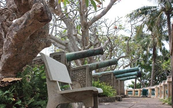 Cảnh quan bên ngoài Bạch Dinh