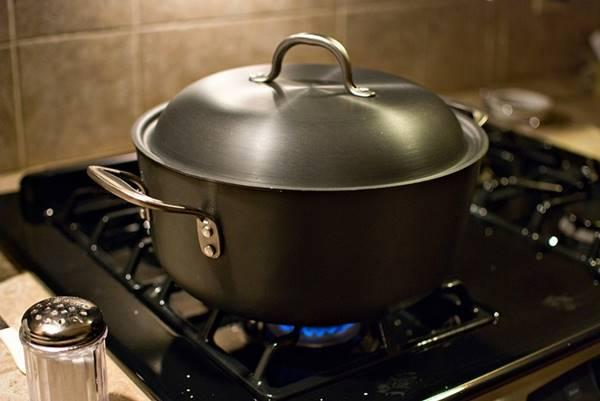 Sử dụng nắp nồi giúp việc đun nấu thức ăn nhanh hơn, tiết kiệm gas hơn
