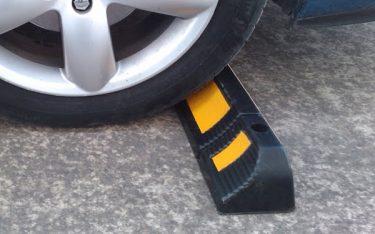 Vì sao chặn lùi xe cao su phản quang được ưu tiên dùng trong bãi đậu xe?