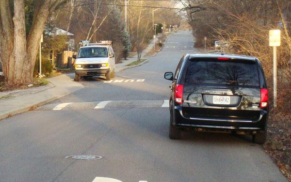 Gờ giảm tốc bằng bê tông được xây dựng trực tiếp trên mặt đường