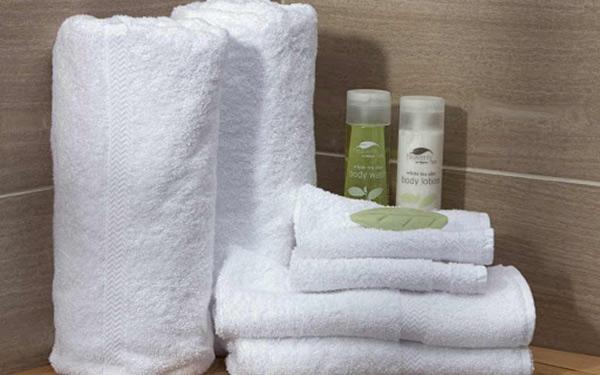 Khăn khách sạn là vật dụng buồng phòng thường được chuẩn bị sẵn