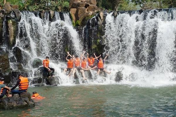Tắm thác Giáng Điền