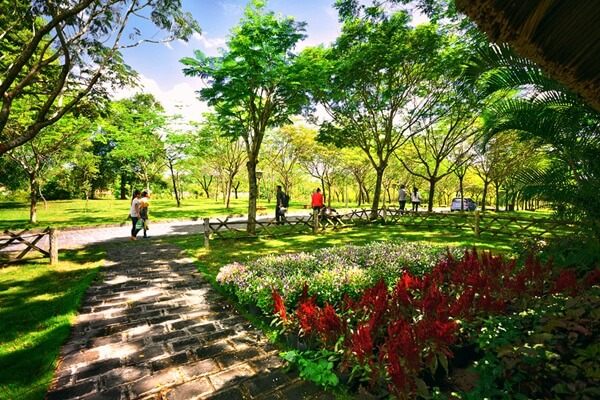Công viên đi dạo thưởng ngoạn trong khu du lịch thác Giáng Điền