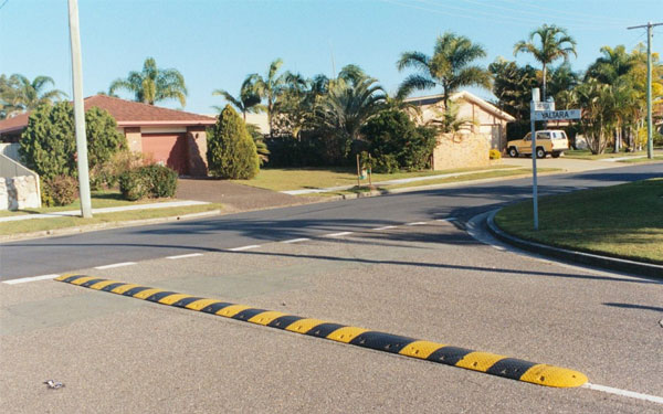 Gờ giảm tốc được lắp đặt tại các góc đường nguy hiểm