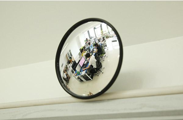 Hãy đảm bảo bóc lớp nilon bảo vệ mặt gương ra sau khi đã lắp hoàn thiện gương