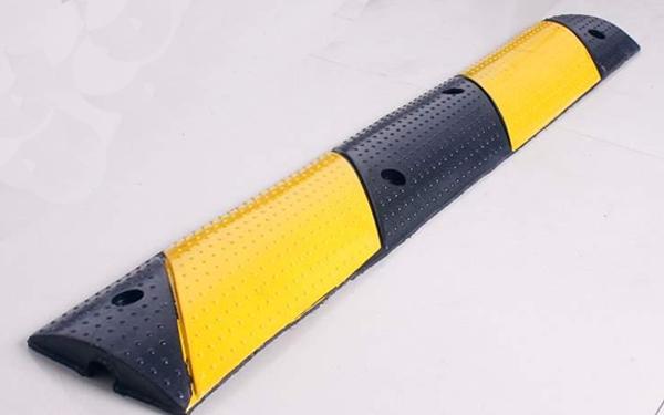 Mẫu gờ giảm tốc bằng cao su đẹp với thiết kế đơn giản được sử dụng phổ biến