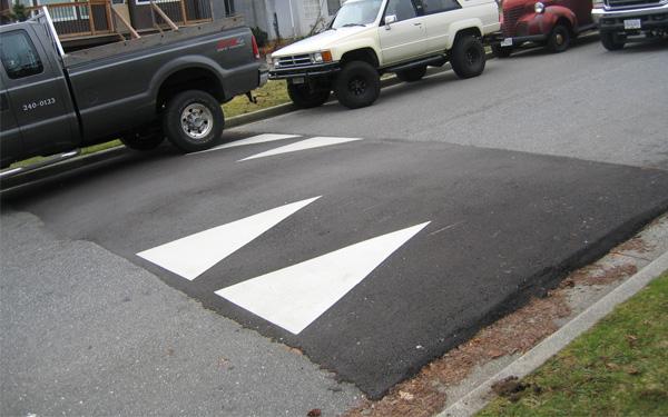 Gờ giảm tốc bằng bê tông được xây dựng trực tiếp lên mặt đường