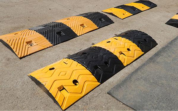 Phần cao su vàng và đen xen kẽ tạo dấu hiệu cảnh báo giao thông hiệu quả