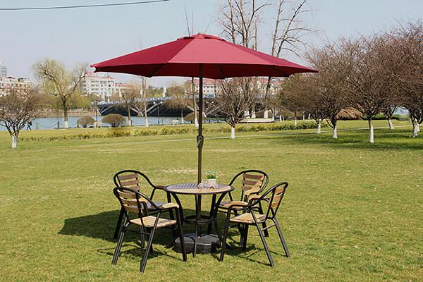 Dù chính tâm được bố trí chính giữa bàn cafe nhằm tối ưu không gian