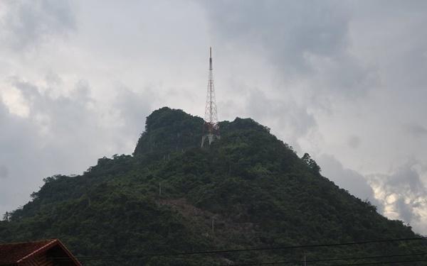Núi Cấm Sơn mang vẻ đẹp hùng dũng kỳ vĩ nhưng cũng thật thơ mộng trữ tình.