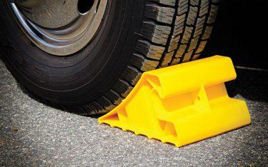 Nên sử dụng chặn lùi xe di động hay cục chặn bánh xe cố định?