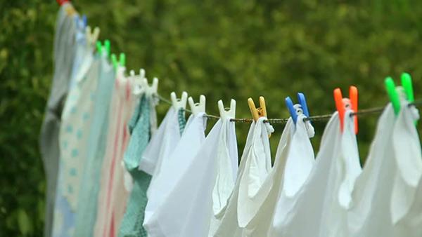 sai lầm khi sử dụng khăn tắm là không chịu phơi khăn khô ngoài trời