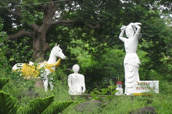Tượng cắt tóc đi tu ở Thích Ca Phật Đài