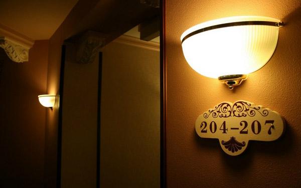 Thêm thiết bị chiếu sáng sẽ giúp khách dễ dàng quan sát hơn