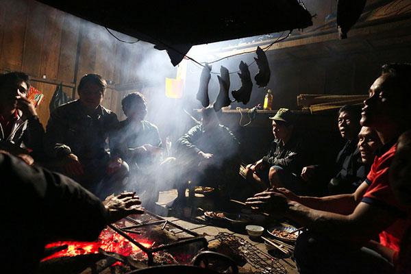 Thịt chuột gác bếp lửa