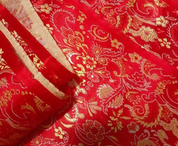 Hoa văn trên vải gấm đỏ vô cùng tinh xảo