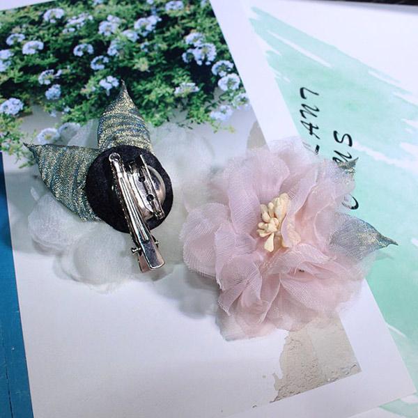 Hoa cài áo từ chất liệu voan vô cùng xinh xắn
