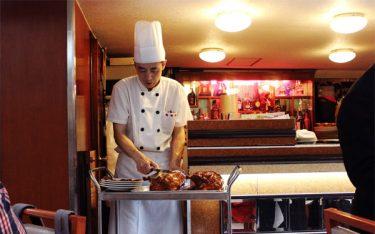 So sánh xe đẩy thức ăn bằng inox và bằng nhựa dùng trong nhà hàng