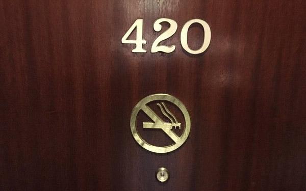 420 là gì? Giải mã bí ẩn vì sao khách sạn không dùng số phòng 420