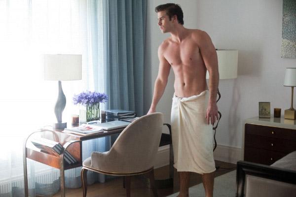 Nam giới quấn khăn tắm chỉ với vài bước đơn giản