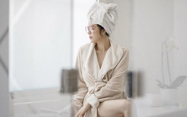 Học hỏi bí quyết chụp ảnh với áo choàng tắm siêu hot của các sao Việt