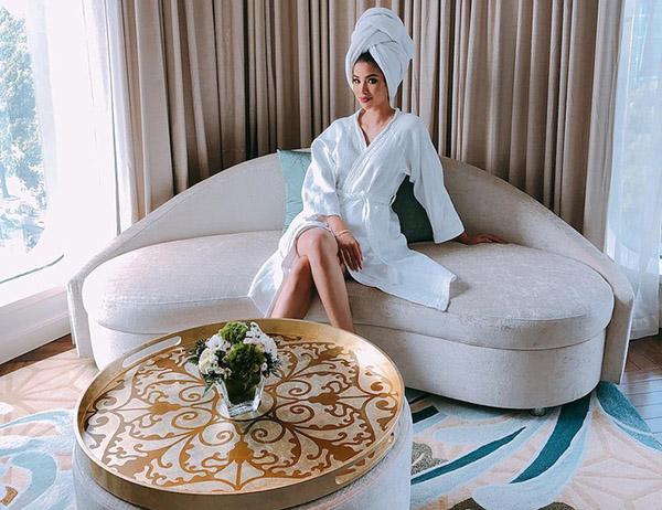 Sang chảnh và quý phái là phong cách của hoa hậu Phạm Hương trong mọi trang phục