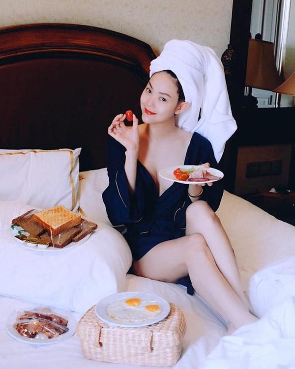 Tạo dáng với áo choàng tắm ngọt ngào như Minh Hằng