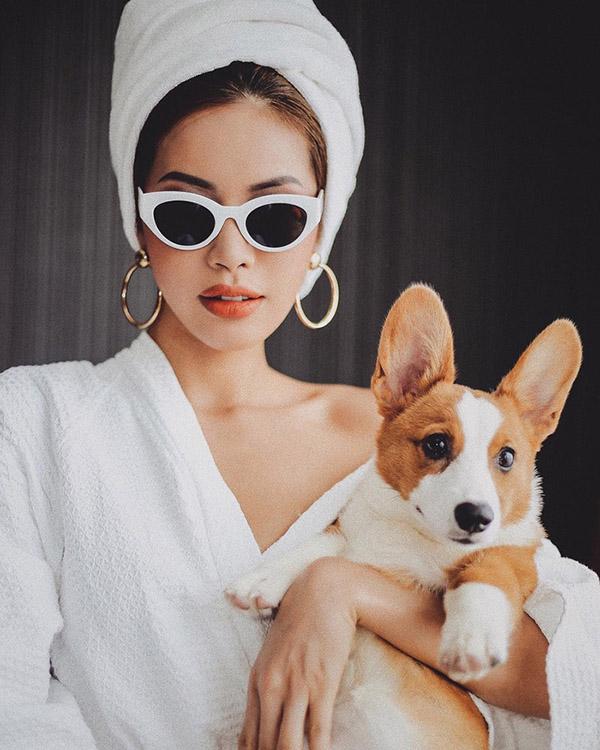 Minh Tú bắt trend cực tốt với chiếc áo choàng tắm để hở một chút vai trần. Phụ kiện hoa tai bản to cùng kính mát giúp cô nàng trở nên hấp dẫn hơn bao giờ hết