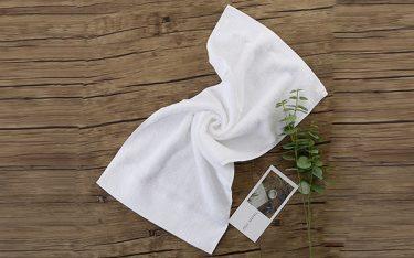 Vì sao khăn khách sạn màu trắng? Bí quyết giặt khăn khách sạn siêu sạch
