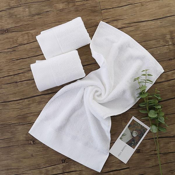 Sử dụng khăn tắm màu trắng đồng bộ với các sản phẩm chăn ga gối