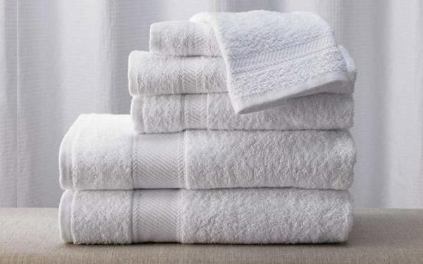 Khách hàng nên quan sát màu khăn và mùi của chúng khi mua sản phẩm