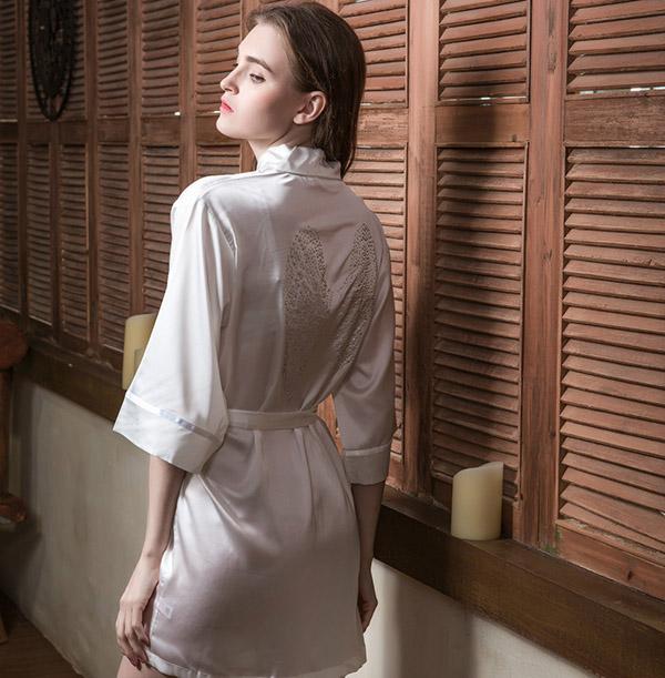 Áo choàng tắm khoe những đường nét quyến rũ trên cơ thể