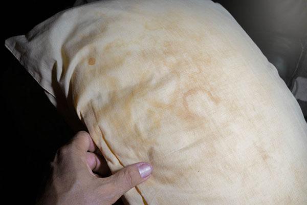Thời gian dài không thay ruột gối sẽ làm những vết bẩn bám chặt vào vải