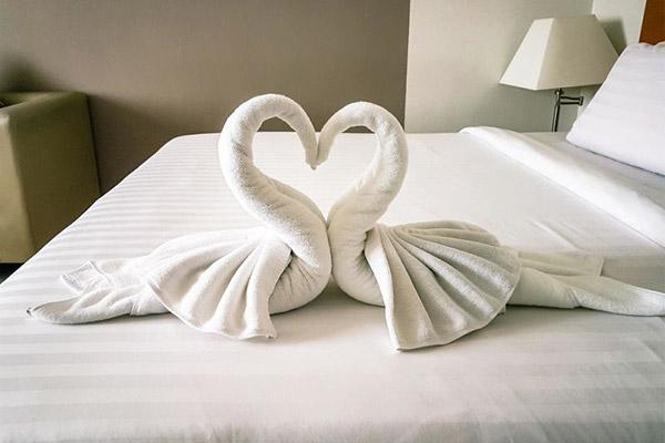 Khách muốn khăn tắm ở trong phòng tắm thay vì tạo hình như này trên giường