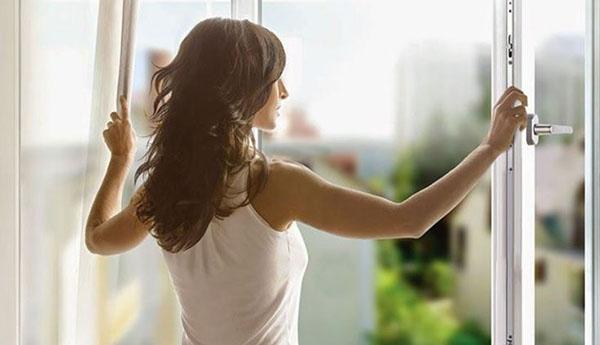 Mở cửa đón gió vào những khoảng thời gian hết nắng gắt sẽ khiến không khí trong phòng luôn mát mẻ