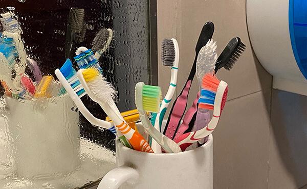 Bàn chải đánh răng sau khi sử dụng chứa rất nhiều vi khuẩn gây bệnh, vì thế cần vệ sinh bàn chải đúng cách