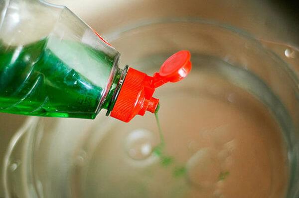 Dùng nước rửa chén để làm sạch vết máu khô trên đệm cũng là một phương pháp rất đơn giản