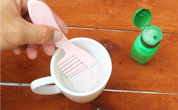 Cách vệ sinh lược bằng nước ấm pha dung dịch tẩy rửa hoặc ngâm lược trong cồn