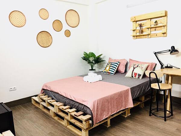 Ga giường xám kết hợp với chăn gối màu hồng tạo thành tổng thể hài hòa