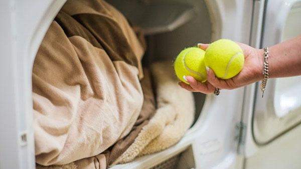 Cho bóng tennis vào lồng sấy là mẹo hay để làm phồng chăn