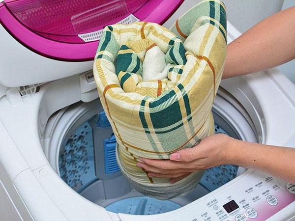 Lưu ý nên cuộn chặt tay và cho mép chăn cuộn vào trước