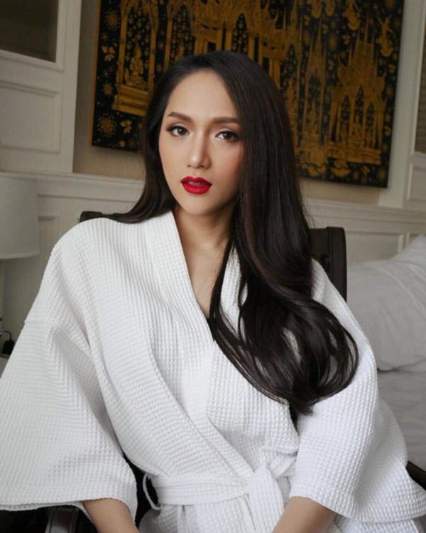 Vận áo choàng tắm đơn giản nhưng hoa hậu Hương Giang vẫn đẹp và quyến rũ hết mực